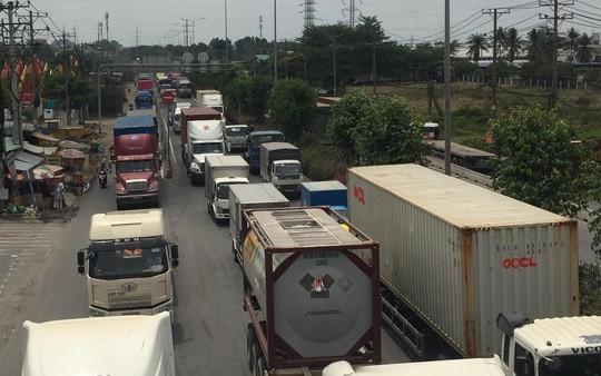 Ảnh hưởng bởi vụ tai nạn, giao thông qua khu vực bị ùn ứ kéo dài
