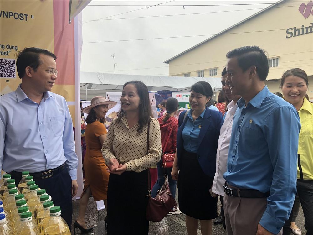 Lãnh đạo Tổng LĐLĐVN, UBND tỉnh, LĐLĐ tỉnh Thái Nguyên thăm quan gian hàng giảm giá sản phẩm cho CNLĐ.