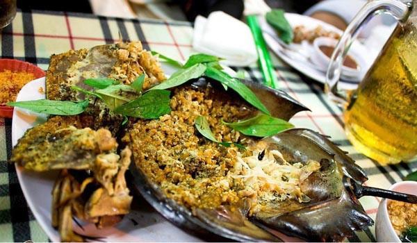 Sam biển còn có tên gọi là cua móng ngựa, dù trông chúng không có hình dạng giống loài cua chút nào. Thịt sam là món ăn vừa lạ miệng, vừa giàu dinh dưỡng. Sam ở Cát Bà thường được chế biến thành nhiều món như tiết canh, súp, gỏi, xào, bao bột rán, nướng… ăn kèm với các gia vị nóng như riềng, sả, ớt.
