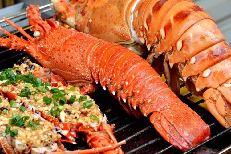 Tôm hùm: Được tôn vinh là vua của các loại hải sản giá trị dinh dưỡng cao, tôm hùm hấp dẫn thực khách với khối lượng thịt chắc, dai, ngọt. Người ta thường chế biến tôm hùm thành nhiều món nhưng đơn giản mà ngon là hấp bia hoặc nướng.
