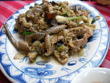 Rắn biển: Nghe qua món rắn biển cũng thấy nó ghê ghê đối với những người sợ rắn. Nhưng nếu chỉ ngồi thưởng thức sau khi đã chế biến qua tay đầu bếp chuyên nghiệp thì ăn 1 lần khó có thể quên quên hết những thứ khác trên đời.