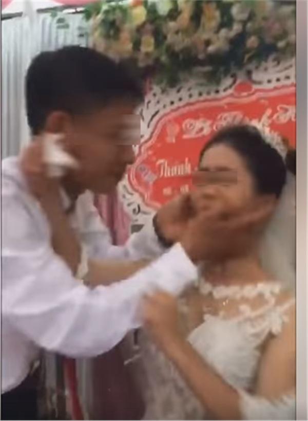 Thái độ của cô dâu trong tiệc cưới gây tranh cãi