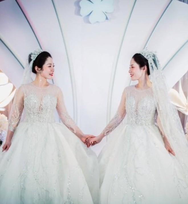 2 cô dâu khiến khách mời hoa mắt vì quá giống nhau