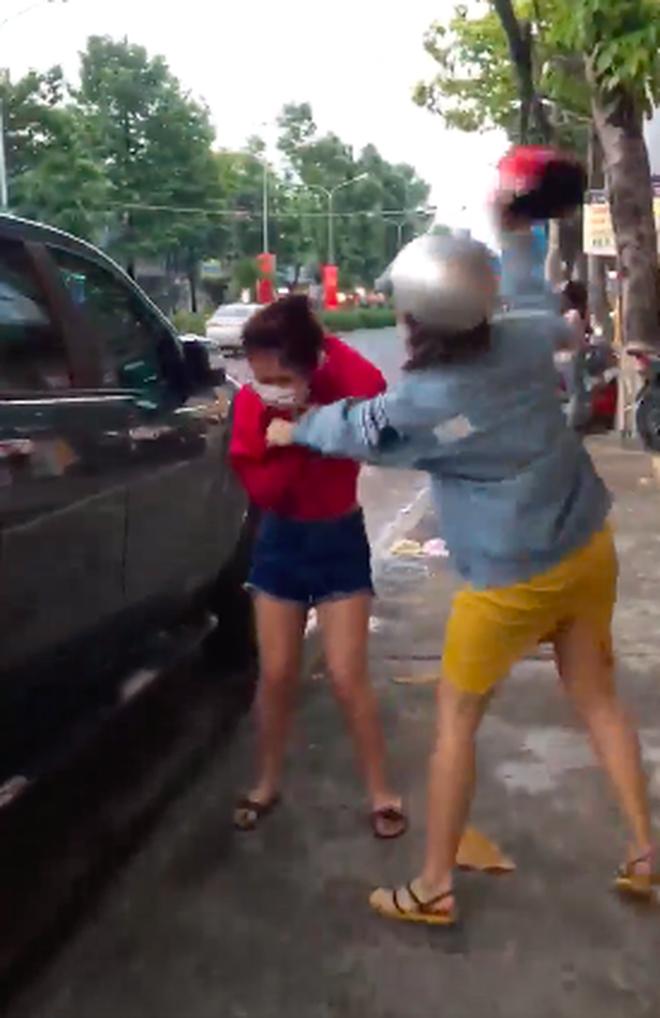 Cô gái bị đá nh tới tấp nhưng không dám phản kháng. Ảnh c ắt từ clip