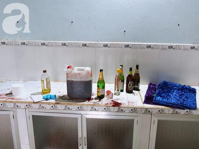 Các chai hóa chất được tìm thấy tại hiện trường.