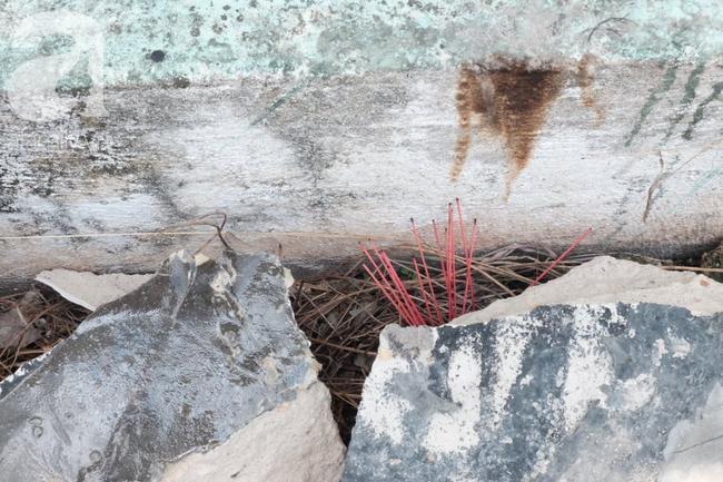 Người dân cắm nhang vào các khối bê tông chứa t hi t hể.