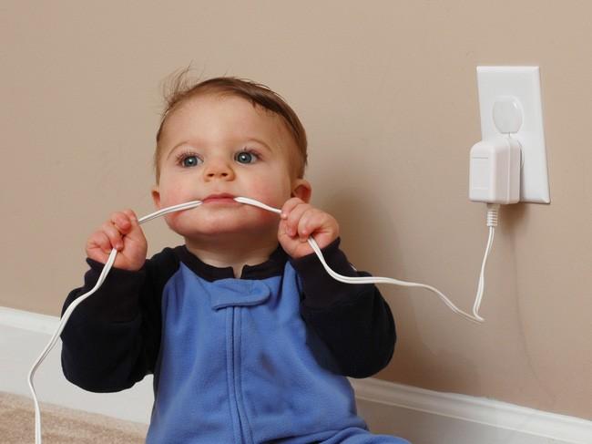 Cô bé Shehvar vì tò mò đã đưa đầu dây cắm sạc vào miệng ngậm dẫn đến bị điện giật - Ảnh minh họa.