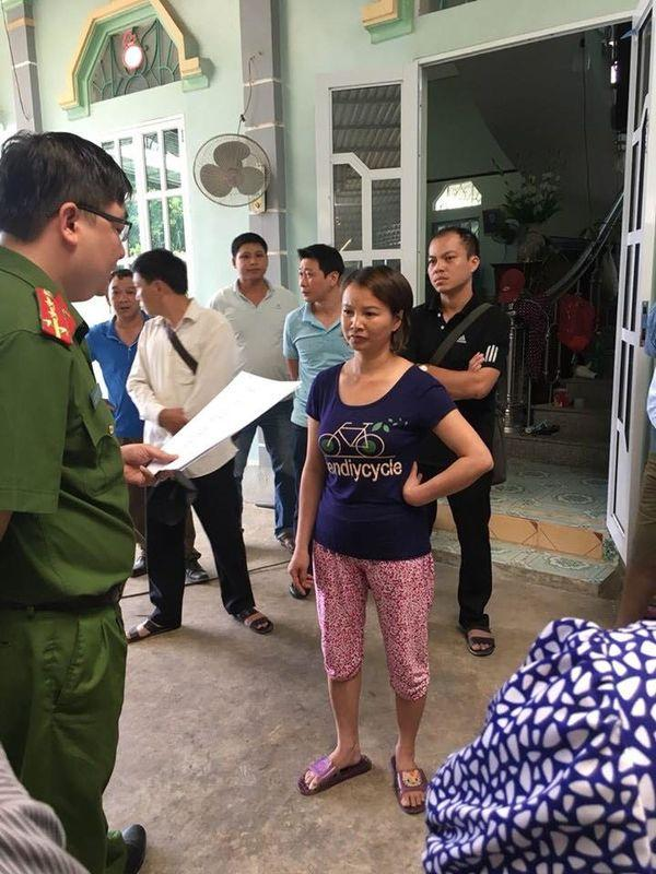 Cơ quan Cảnh sát điều tra, Công an tỉnh Điện Biên đọc lệnh bắt, khám nhà đối với đối tượng Trần Thị Hiền. Ảnh báo Dân Việt