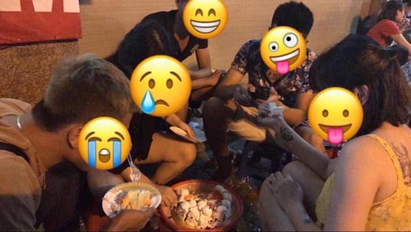 Chàng trai thoải mái ăn uống, trò chuyện cùng mọi người trong lễ chia tay của chính mình.