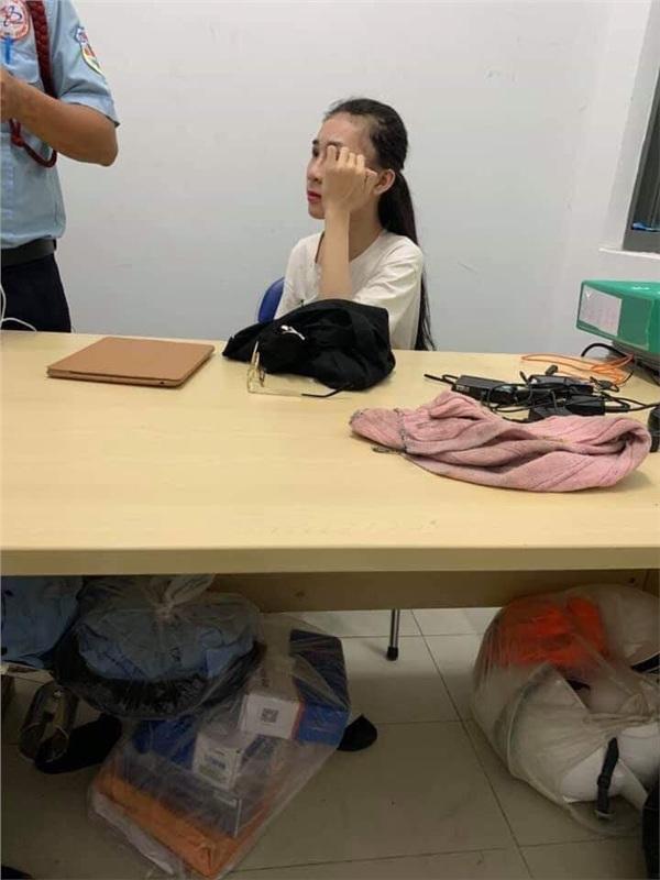 Cô gái giải trình sự việc ở phòng bảo vệ cửa hàng.
