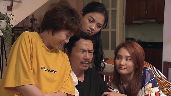 3 cô con gái quấn quýt bên bố.
