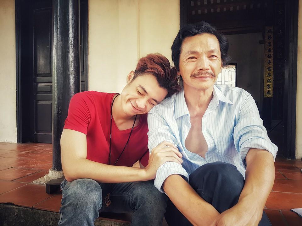 Chụp ảnh cùng bố Sơn