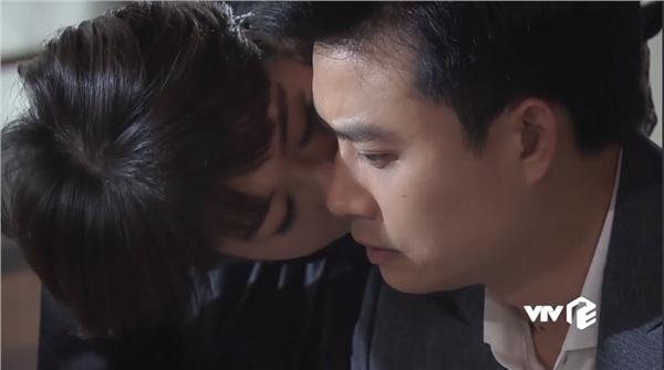 Uyên để lại một nụ hôn tạm biệt cùng lời chúc tới chồng