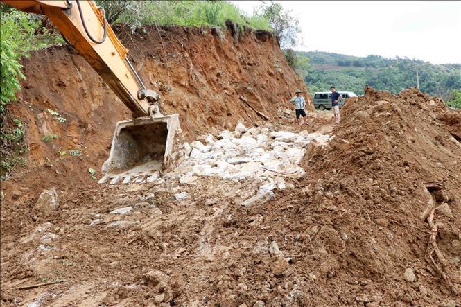 Sạt sụt đường tại Km 13+800, tỉnh lộ 132 thuộc địa phận xã Bản Lang, huyện Phong Thổ (Lai Châu) do mưa lũ gây ra hôm 11/6. Ảnh: Công Tuyên/TTXVN