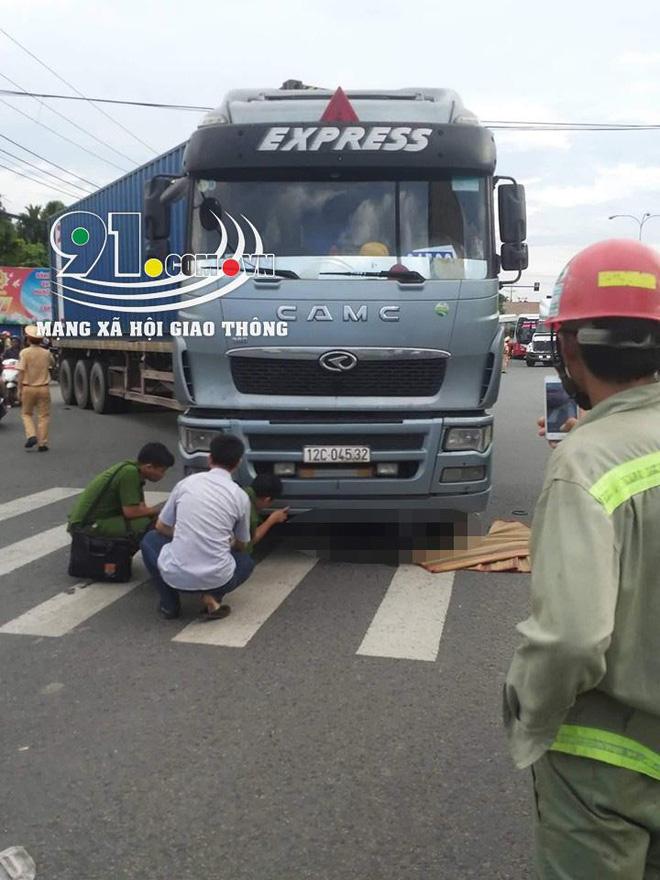 Tại hiện trường vụ tai nạn, người phụ nữ và chiếc xe đạp đều bị cuốn vào gầm container.