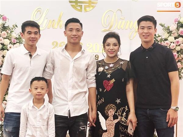 Duy Mạnh và Văn Kiên xuất hiện khi phần lễ đã kết thúc nhưng vẫn kịp tham dự bữa tiệc với gia đình 2 bên.