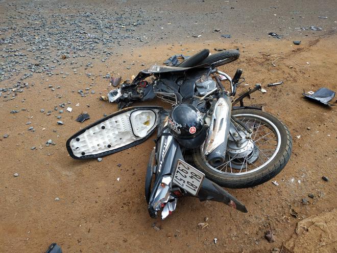 Chiếc xe máy bị hư hỏng nặng sau vụ tai nạn.