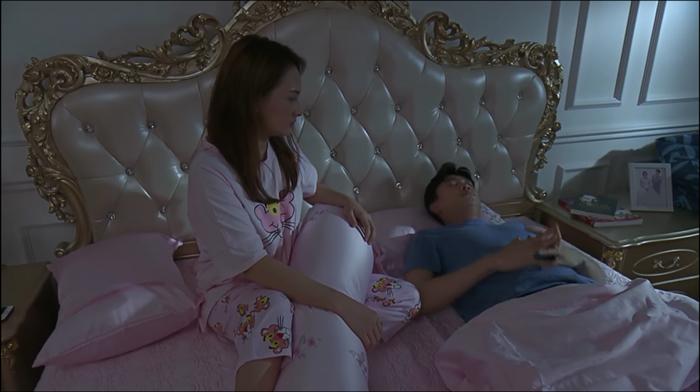 Giường trong phòng ngủ của vợ chồng Thư là thiết kế cao cấp, trải drap màu hồng.