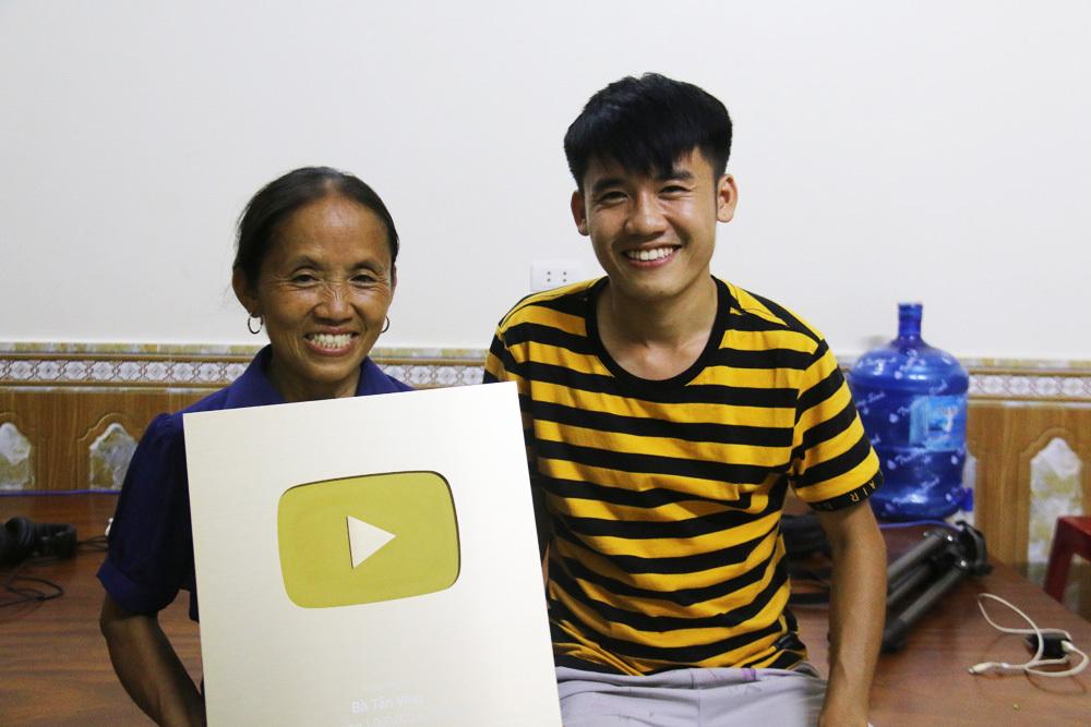Bà Tân và con trai, anh Nguyễn Văn Hưng cùng nút vàng YouTube