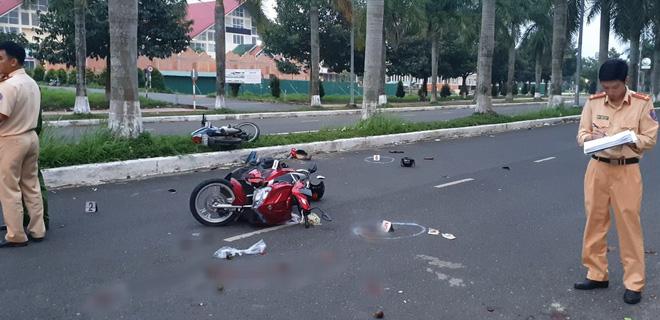 Hai xe máy húc nhau trên đường khiến 2 người phải đi cấp cứu.