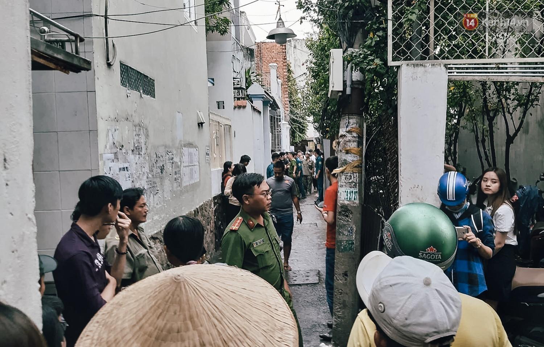Nhiều người dân tập trung trong con hẻm để theo dõi vụ việc.