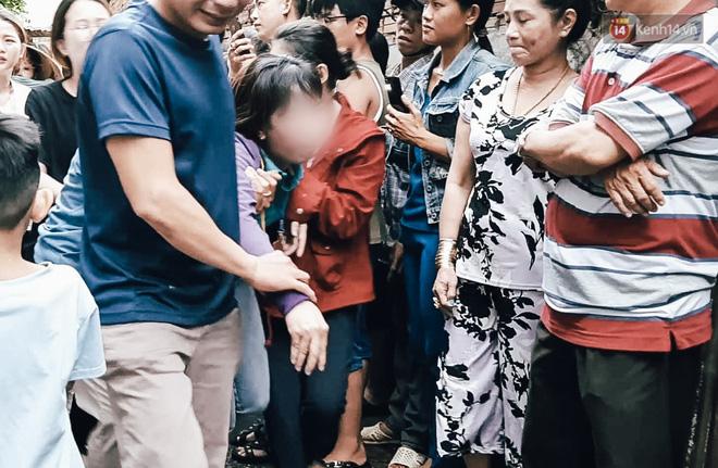 Cha và mẹ nữ sinh ngã quỵ trong nước mắt khi đến gặp con khiến nhiều người xót xa.