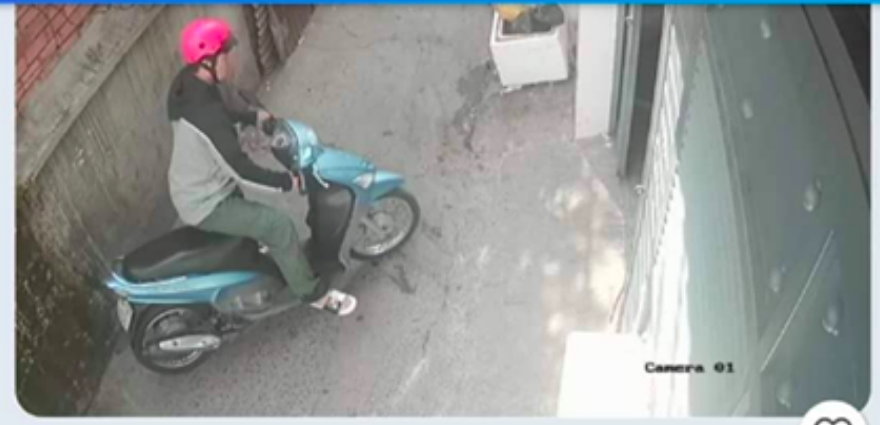 Camera ghi hình nghi phạm đến nhà nạn nhân.