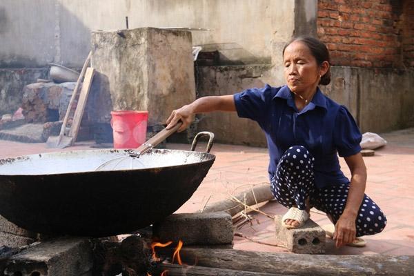 Khoảng sân rộng cạnh căn nhà khang trang là nơi bà Tân thường quay clip nấu nướng.
