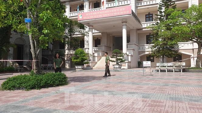 Các khu vực chấm thi tại Nam Định được công an bảo vệ, giám sát chặt chẽ - Ảnh: Hoàng Long