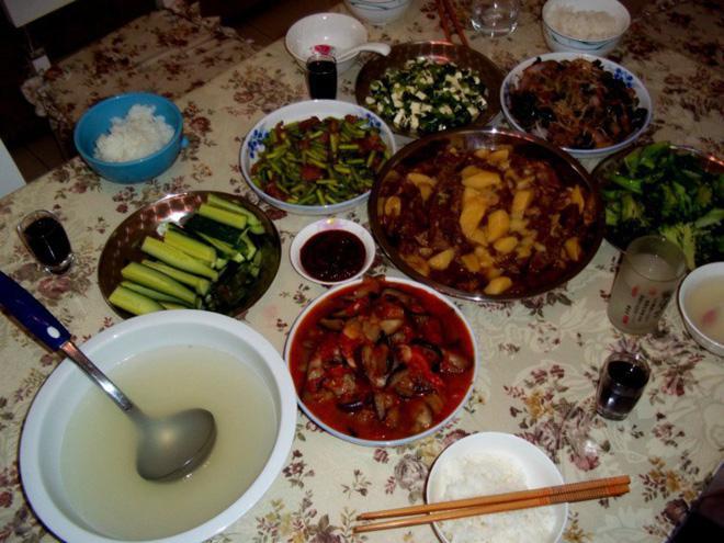 rên bàn có vài món ăn đã được chuẩn bị tươm tất, như thể nạn nhân đang đợi ai đó về ăn mừng.(Ảnh minh họa)