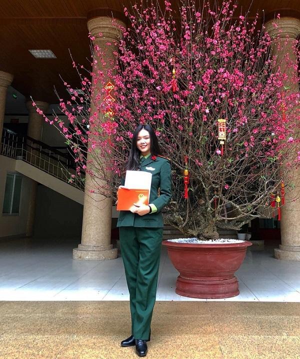 Lâm Phương nhận bằng tốt nghiệp