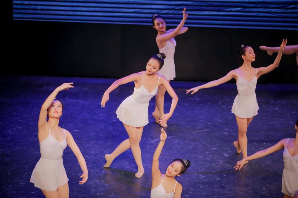 Ngô Lâm Phương (ở giữa) trên sân khấu biểu diễn
