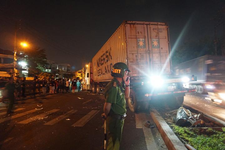 Xe container chắn ngang làn đường ngược lại