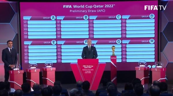 16h04: Chiếc cúp vô địch World Cup xuất hiện trong lễ bốc thăm