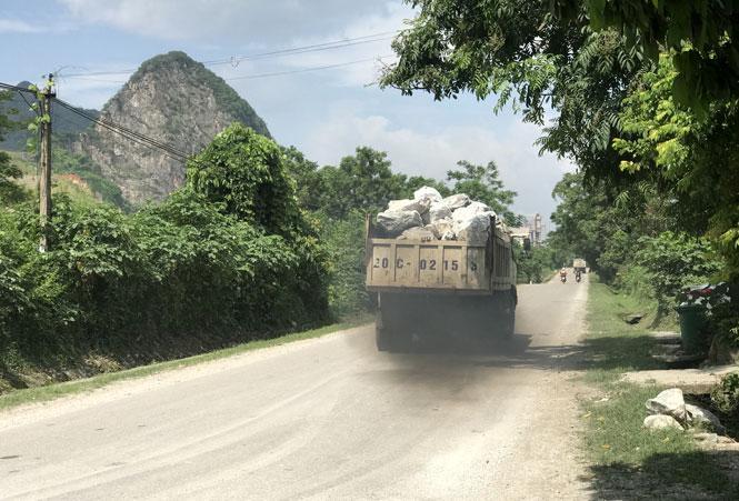 Nhiều xe tải vận chuyển đá cồng kềnh, không che chắn lưu thông trên tuyến Quốc lộ 1B, đoạn qua địa phận xã Quang Sơn (Đồng Hỷ).