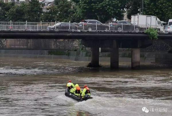 Cảnh sát tìm kiếm thi thể đứa trẻ bị bố ném xuống sông.