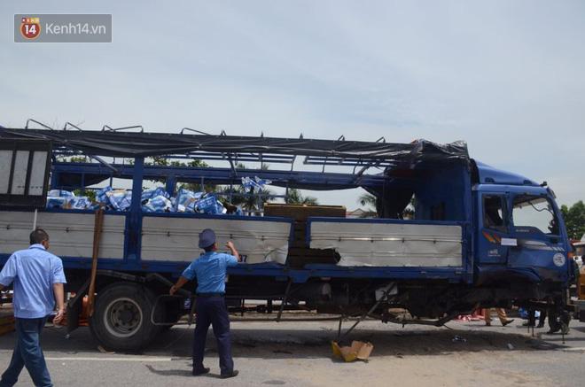 Chiếc xe tải gây tai nạn được đưa khỏi hiện trường.