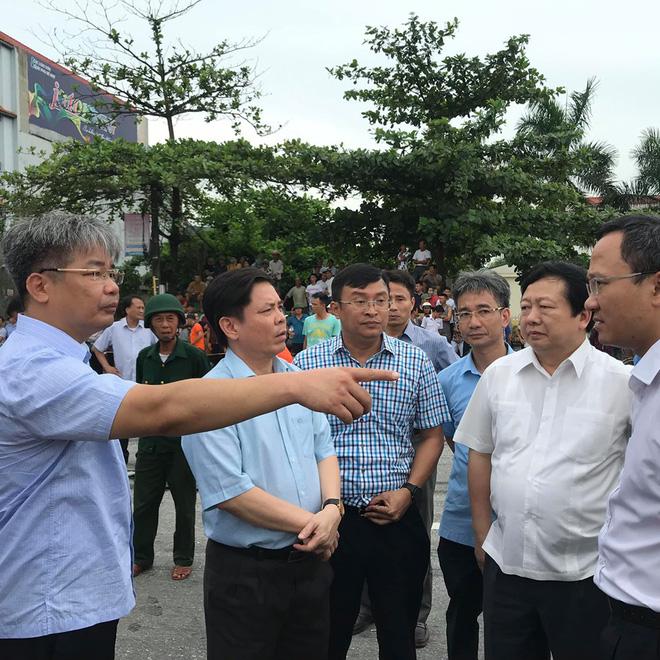 Bộ trưởng Nguyễn Văn Thể (thứ 2 từ trái sang) trực tiếp có mặt tại hiện trường chỉ đạo xử lý khắc phục hậu quả vụ tai nạn.