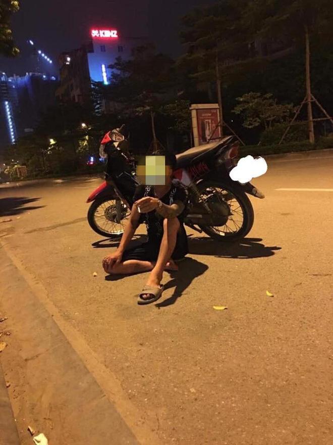 Thanh niên thất vọng ngồi khóc bên đường.