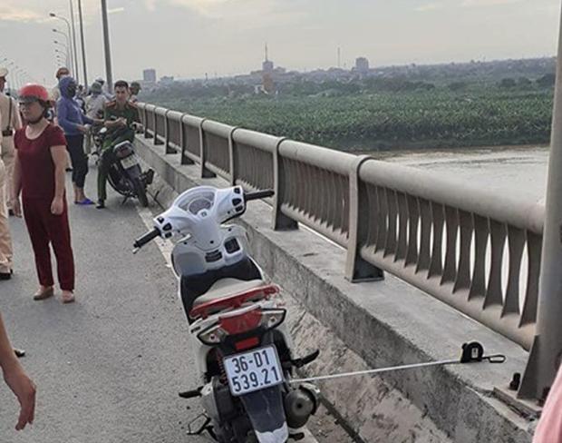 Chiếc xe máy nạn nhân để lại trên cầu.