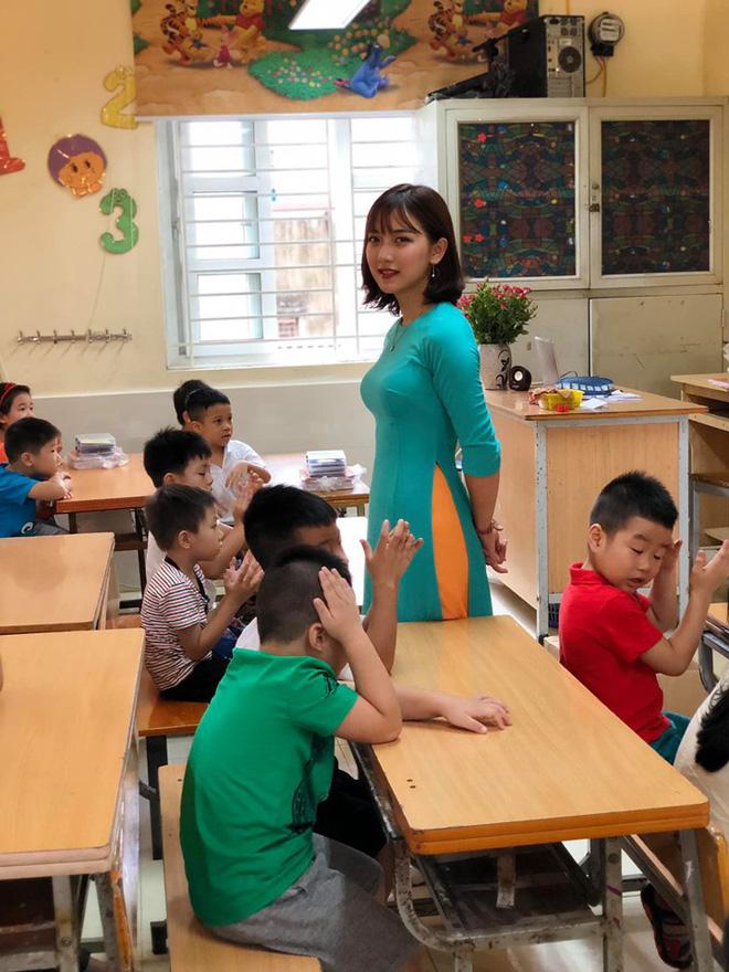 Nữ giáo viên này thật xinh đẹp.