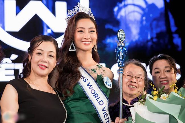 Thùy Linh chụp ảnh cùng mẹ và người thân trong đêm chung kết.