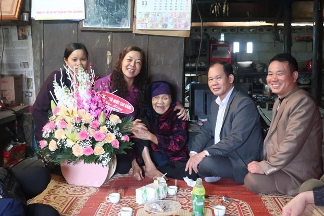 Cô Hương (áo tím) trong một hoạt động công tác xã hội.