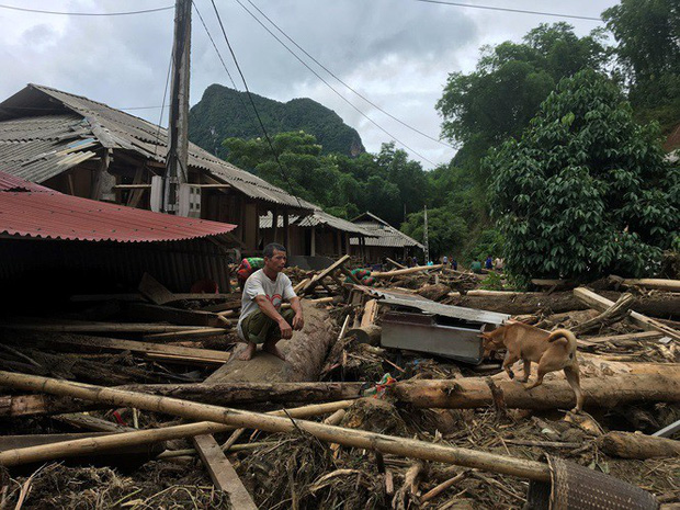 Nhiều ngôi nhà ở Xa Ná đổ nát, tan hoang