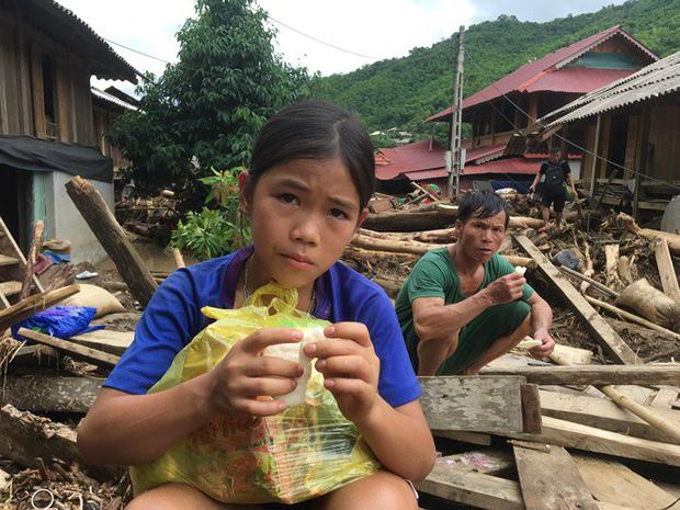 Hiện nhiều người dân bị mất nhà đang sinh hoạt tạm ở các hộ gia đình không bị ảnh hưởng do mưa lũ. Nhiều người sử dụng tạm bánh, mì tôm do lực lượng chức năng cứu trợ.