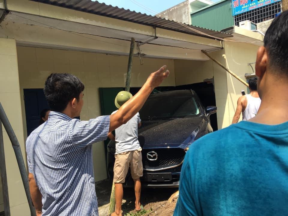 Hàng xóm tới hỗ trợ giải quyết vụ tai nạn (ảnh: Facebooker Hiếu Lê)