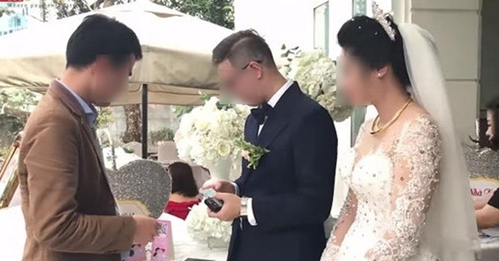Nhận tiền cưới bằng cách quẹt thẻ tại một đám cưới ở Hà Nội năm 2018 (Ảnh chụp từ clip).