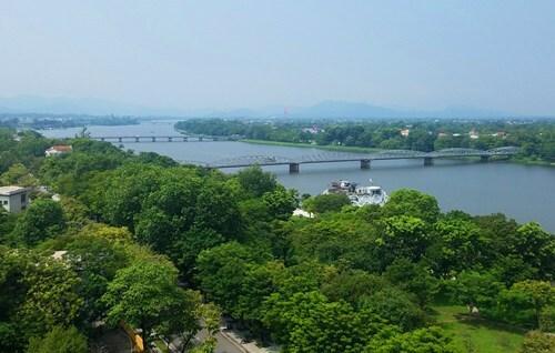 Điểm sáng của đô thị Huế là hệ thống cây xanh dày đặc. Ảnh: Võ Thạnh