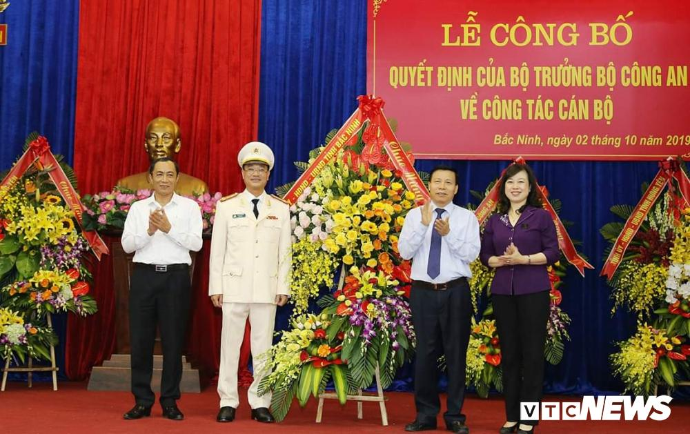 Lãnh đạo tỉnh Bắc Ninh chúc mừng Đại tá Phạm Thế Tùng.