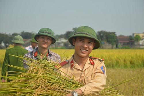 Các chiến sĩ vui vì giúp sức cho dân